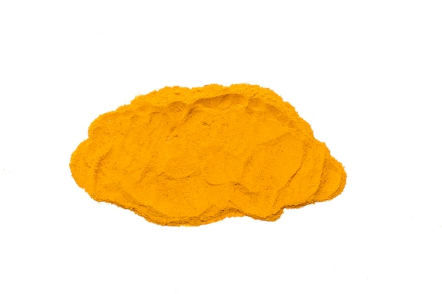 Cúrcuma seca, (curcumina), polvo de jengibre amarillo aislado sobre fondo de color blanco