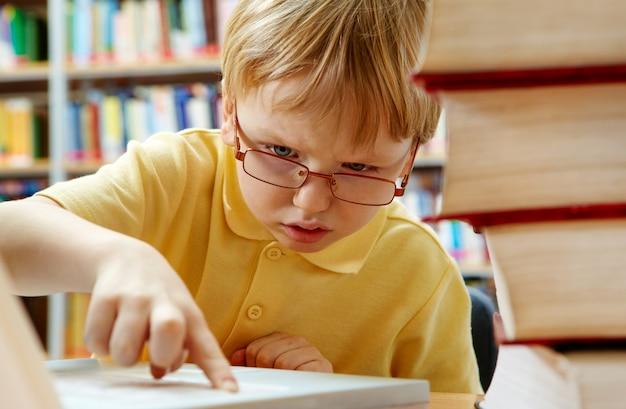 Curioso niño con un portátil