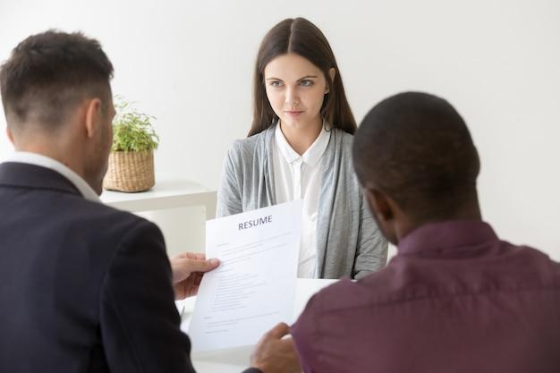 Currículum vitae multirracial de un solicitante de empleo milenial en la entrevista