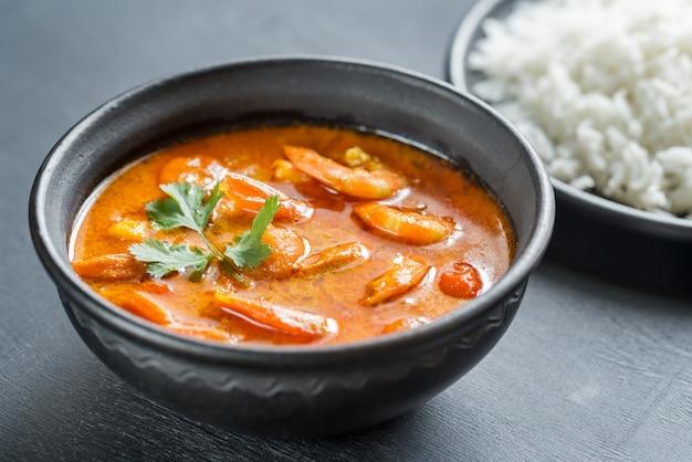 Curry amarillo tailandés con mariscos y arroz blanco