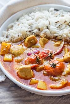 Curry amarillo tailandés con pollo y arroz