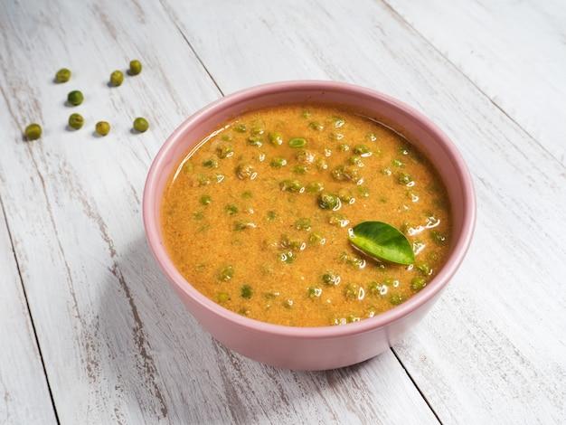 Curry con guisantes verdes. punjabi, cocina del norte de la india.