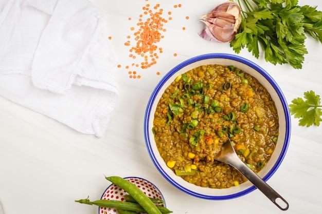 Curry de lentejas, cocina india, tarka dal, fondo blanco, vista superior. comida vegana.