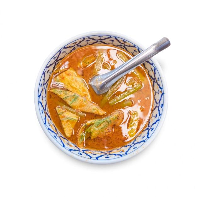 Curry naranja con cha-om aislar sobre fondo blanco.