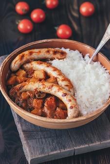 Curry rojo tailandés con salchichas