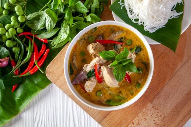 Curry verde con pollo sobre fondo de madera, cocina tailandesa