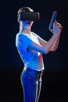 Cursos de autodefensa. atractiva mujer joven sosteniendo una pistola mientras estudia defensa propia