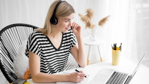Cursos remotos en línea estudiante de alta vista en su escritorio