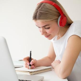 Cursos remotos en línea estudiante feliz
