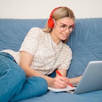Cursos remotos en línea linda estudiante en su computadora portátil