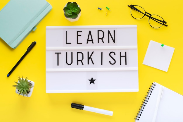 Cursos de turco en línea concepto de aprendizaje a distancia.