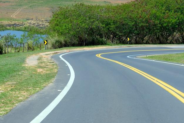 Curva cerrada en carretera vacía