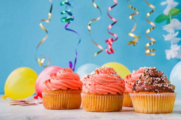 Cute cupcakes y decoraciones de cumpleaños