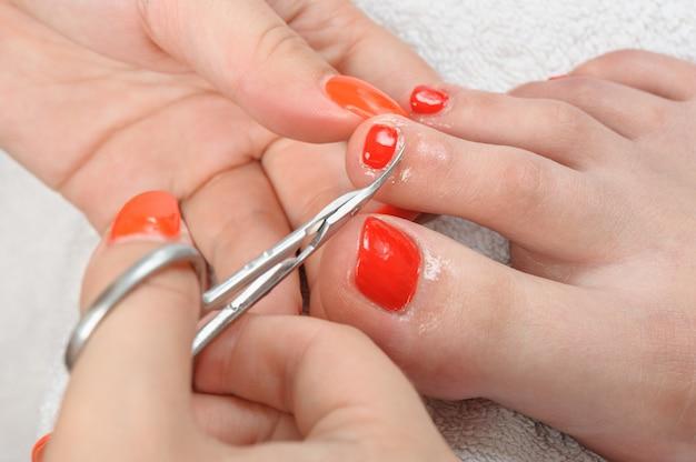 Cutículas cortando con tijeras