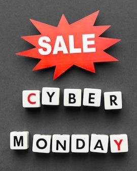 Cyber monday escrito con letras de scrabble y etiqueta de venta