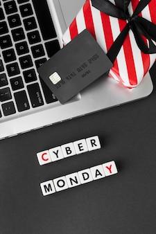 Cyber monday escrito con letras de scrabble y tarjeta de compras
