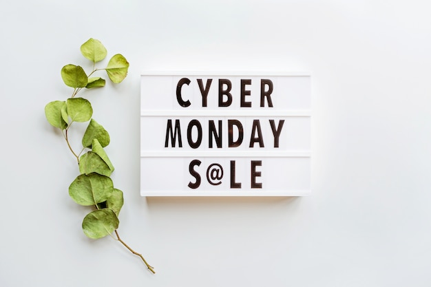 Cyber monday sale flat lay sobre fondo blanco.