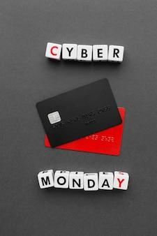 Cyber monday con tarjetas de crédito negras y rojas