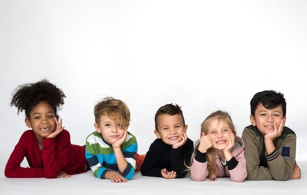 Cyte niños tirados en el suelo