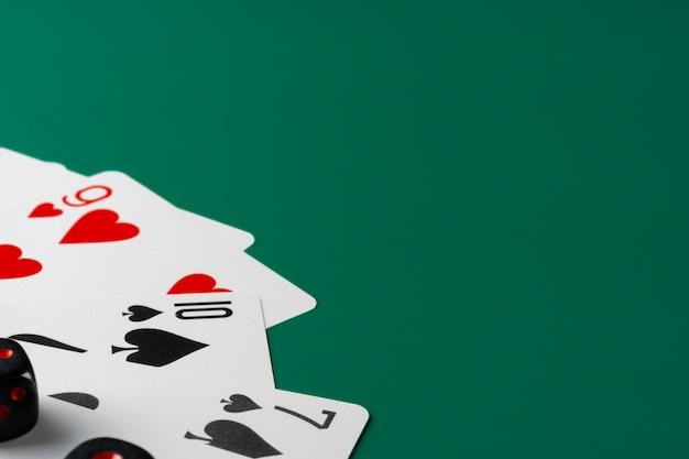 Dados y cartas esparcidas sobre la mesa