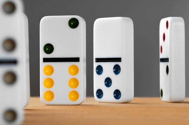 Dados de dominó blanco sobre una mesa de madera