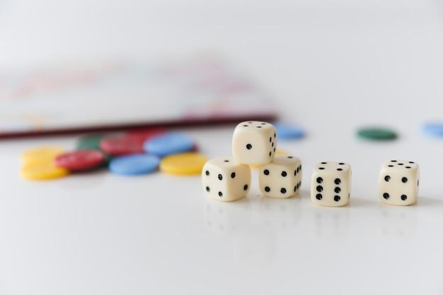 Dados de primer plano con accesorios de juegos caseros