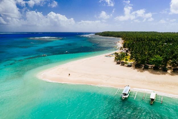 Daku isla vista desde el cielo. sirva la relajación tomando el sol en la playa. disparo tomado con el abejón sobre la escena hermosa. concepto sobre viajes, naturaleza y paisajes marinos