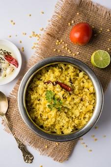 Dal khichadi o khichdi es una sabrosa receta india de una olla servida en un tazón sobre un fondo cambiante