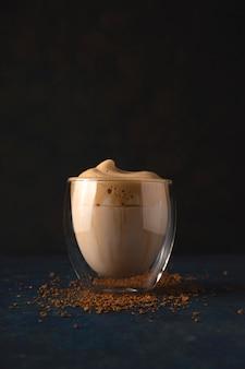 Dalgona café en casa hermosa bebida que sirve en una cafetería.