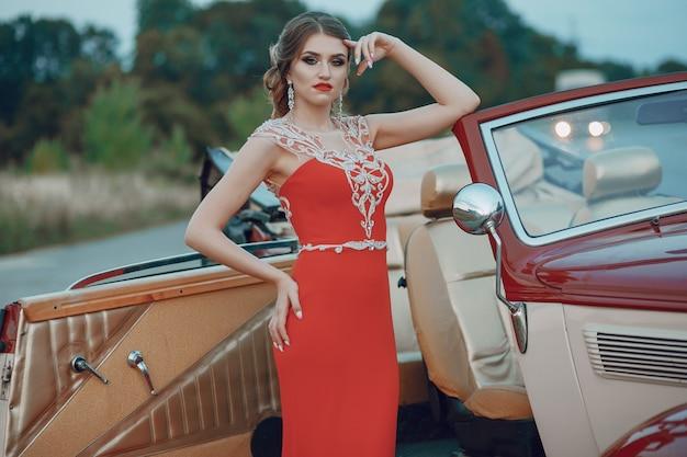 Dama en un auto