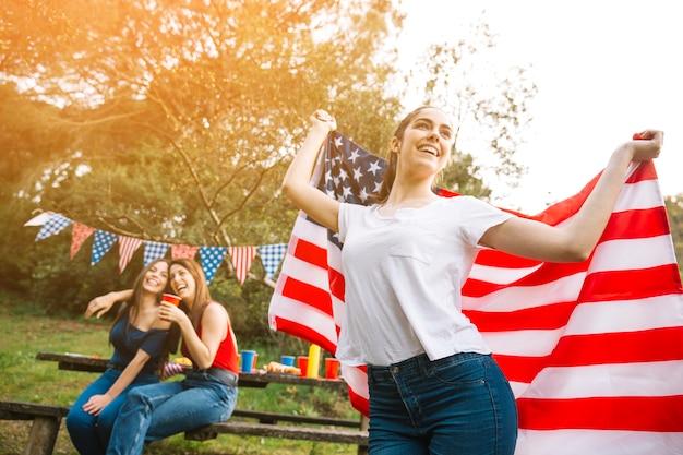 Dama bailando con bandera