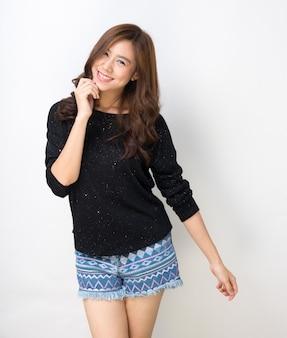 Dama bastante asiática estudiante bailando alegremente