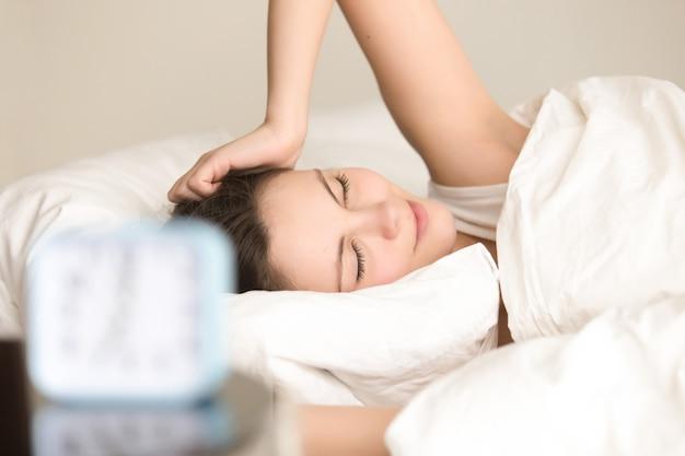 Dama bonita sintiéndose positiva después de dormir bien.