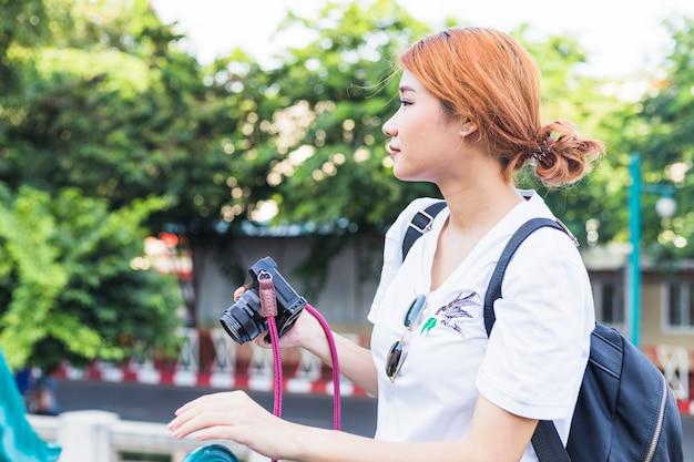 Dama con camara en calle
