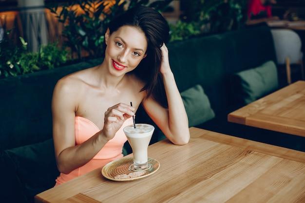 Dama elegante con cafe