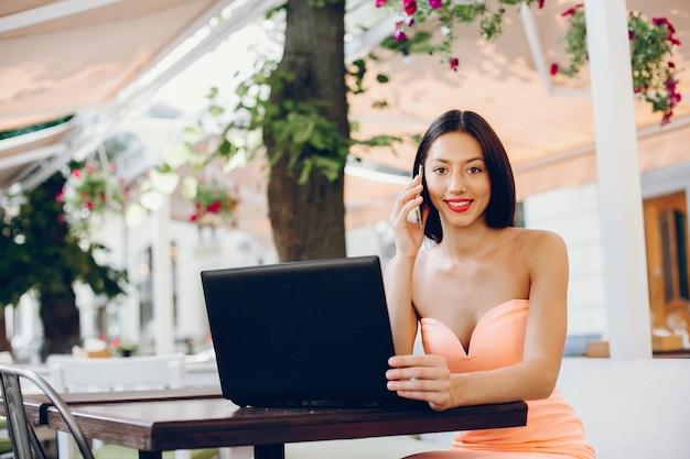 Dama elegante con laptop