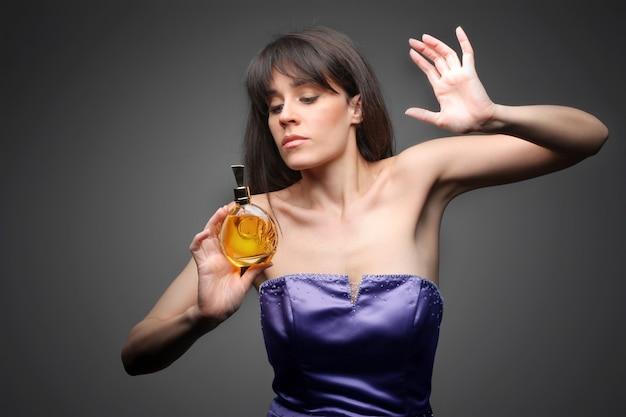 Dama elegante que huele a perfume