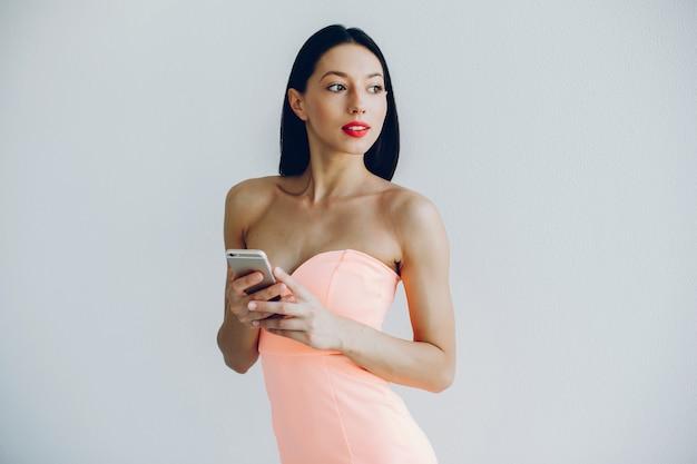 Dama elegante en un vestido rosa