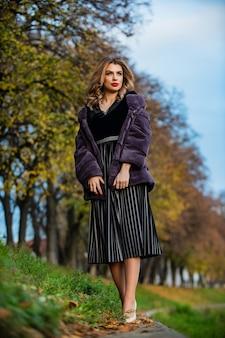 Dama glamorosa. traje de otoño acogedor. tendencias de la moda de invierno. labios rojos de mujer sexy usan abrigo de piel. marca del segmento de lujo. admirador de pieles. empresaria en abrigo de piel. boutique de pieles. chaqueta suave textura peluda.