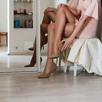 Dama llevando zapatos en el pasillo
