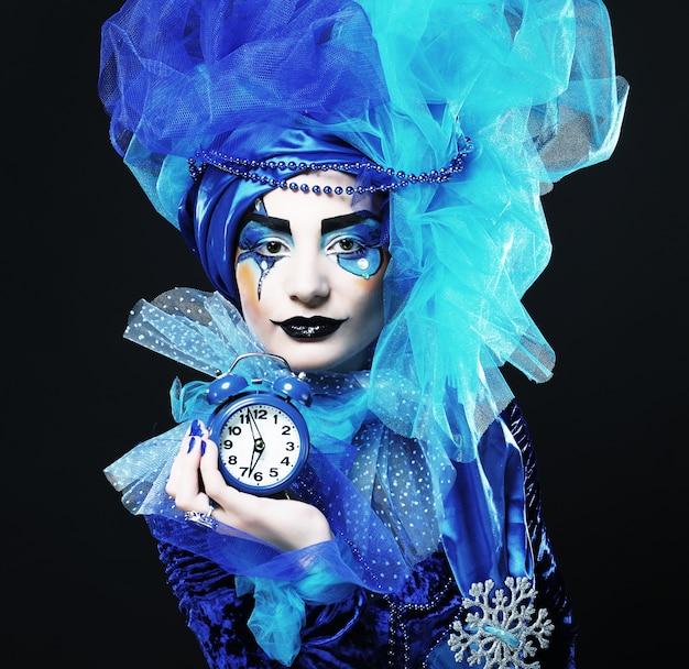 Dama con maquillaje artístico