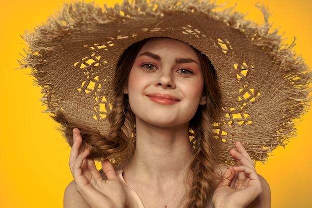 Dama con sombrero y vestido de pelo rojo