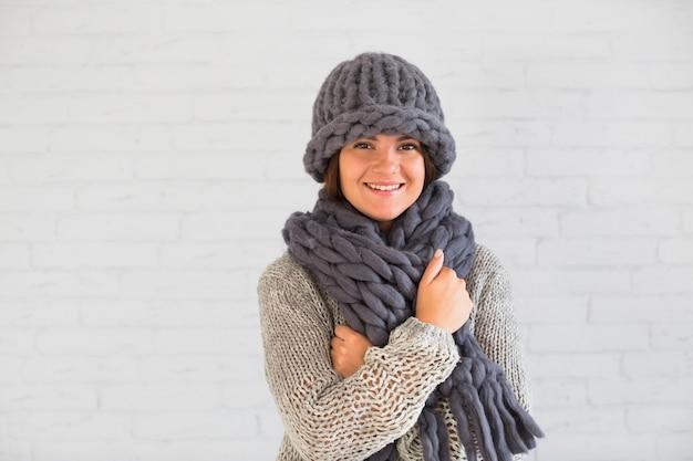 Dama sonriente con sombrero y bufanda