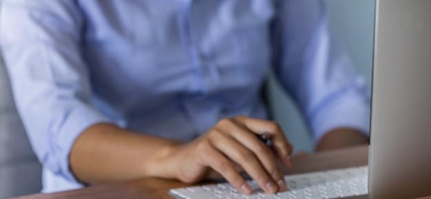 Dama trabajando en casa con una computadora, escribiendo un blog y una idea creativa del tiempo de trabajo.
