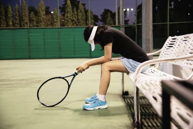 Dama triste tenista