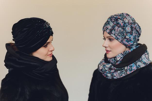 Damas árabes con gorro de lana