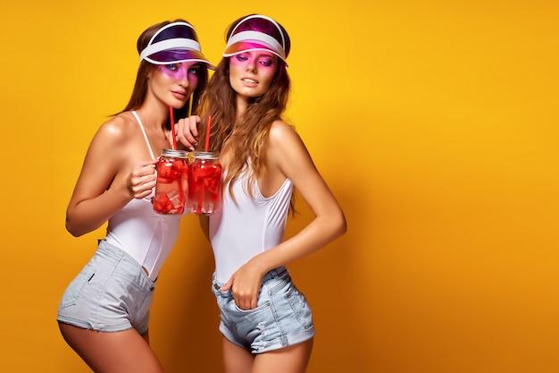 Damas elegantes con bebidas