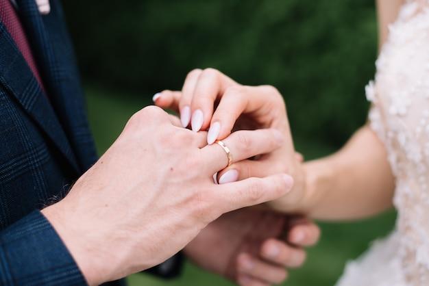 Dando anillo de bodas
