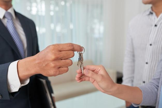 Dando llaves al dueño del departamento