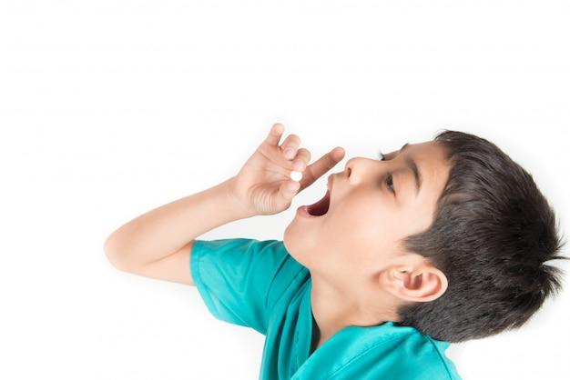 Dando a los niños medicina, niño intenta tragar pastillas medicina